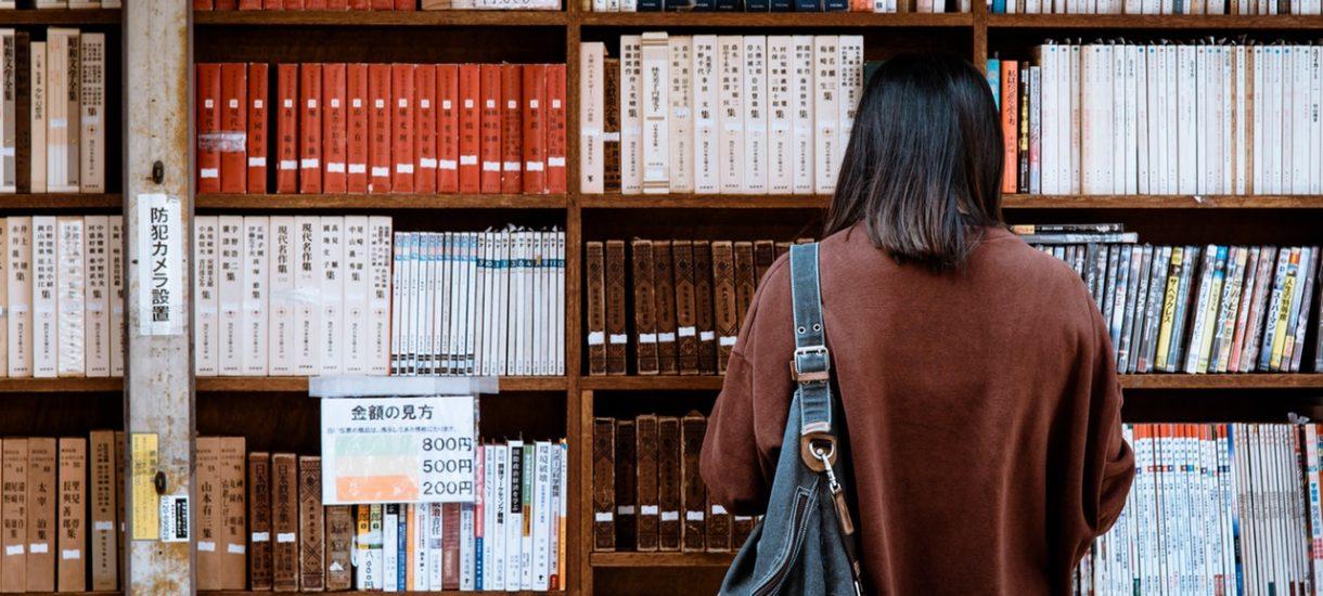 """Prawie pięciokrotnie wzrosła sprzedaż """"Dżumy"""" – to kolejny efekt koronawirusa. Czego ludzie szukają w kultowej powieści Alberta Camusa?"""