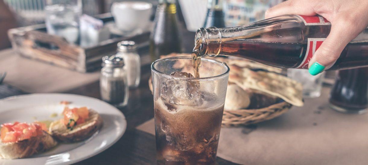Coca-Cola i napoje słodzone zdrożeją wcześniej niż przypuszczano. Rządzący wycofują się z planu przesunięcia podatku cukrowego na przyszły rok