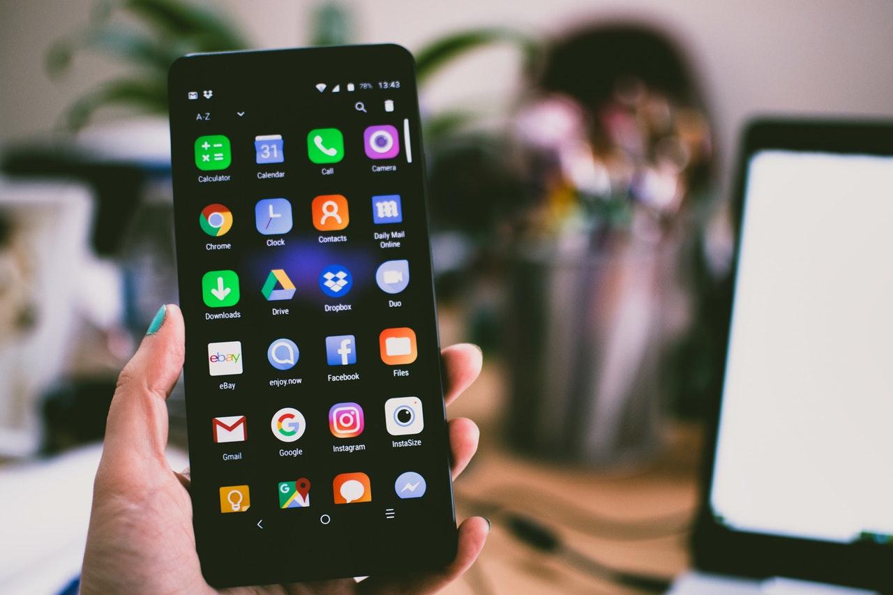 Obowiązkowe wymienne baterie w smartfonach nowym pomysłem UE