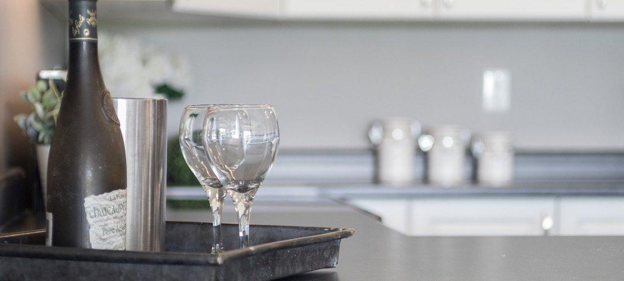 Chuchnij do słuchawki. Czy można spożywać alkohol w trakcie pracy wykonywanej w trybie home office?