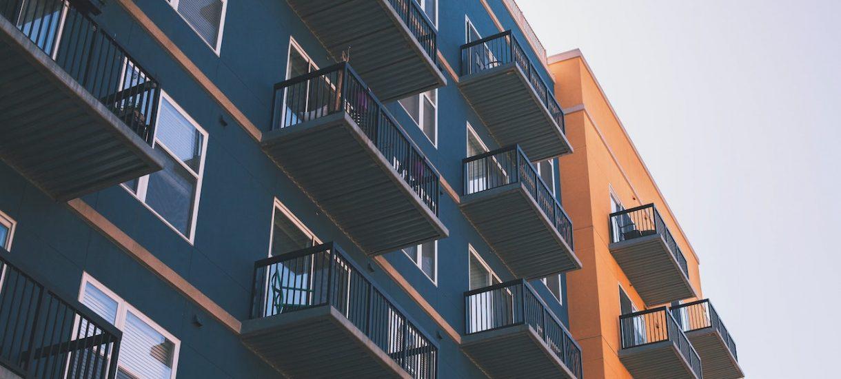 """Właśnie kupiłem swoje pierwsze własne mieszkanie. I mdli mnie, gdy widzę artykuły """"eksperckie"""" o tym, co się stanie z rynkiem nieruchomości"""