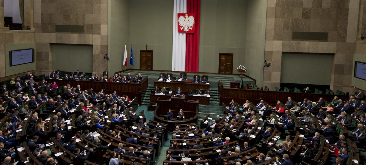 Węgry nie są już demokratycznym krajem, a Polska jest nim tylko częściowo. Tak wynika z amerykańskiego raportu