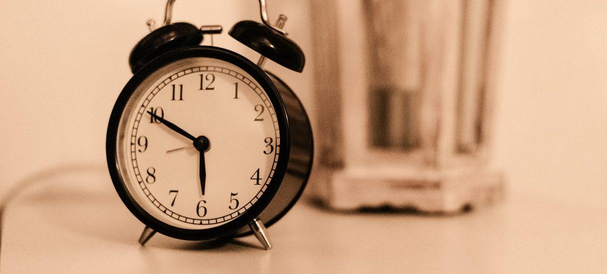 """Osoby korzystające z aplikacji """"Kwarantanna domowa"""" nie mogą się nawet porządnie wyspać. Prześpisz SMS, który nadejdzie o 8:00? Oczekuj policji"""