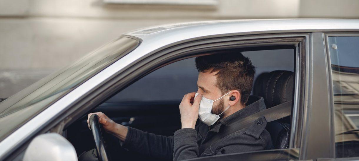 W samochodach nadal trzeba mieć maseczkę – przynajmniej w niektórych sytuacjach. Kary grożą też za nieodpowiednie wyrzucanie rękawiczek i masek