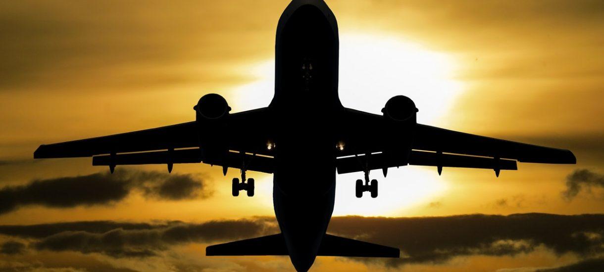 Loty międzynarodowe np. WizzAir są powoli wznawiane, ale na lotnisku musisz zrobić test za 190 euro