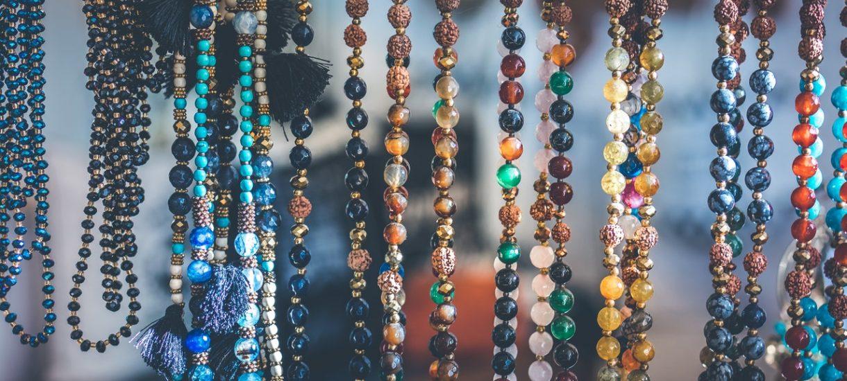 Popularny sklep z biżuterią Wishbone sprzedawał koraliki AliExpress z nawet czterdziestokrotną przebitką