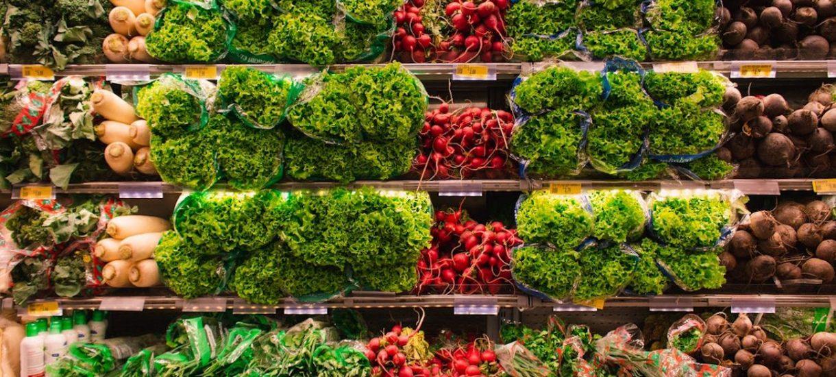 Rząd myśli o otwarciu państwowej sieci sklepów spożywczych Warzywniak Plus. Będą sprzedawać warzywa z PGR?