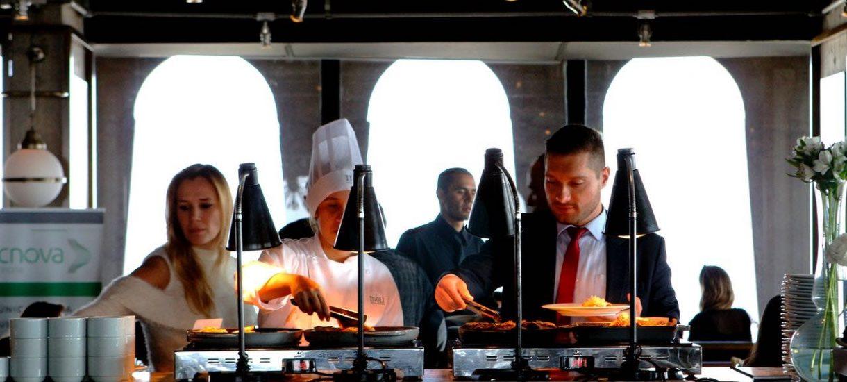 Zalecenia dla restauracji pozwalają na jedzenie w lokalu. Niestety przy stoliku usiądziemy wyłącznie sami lub z rodziną