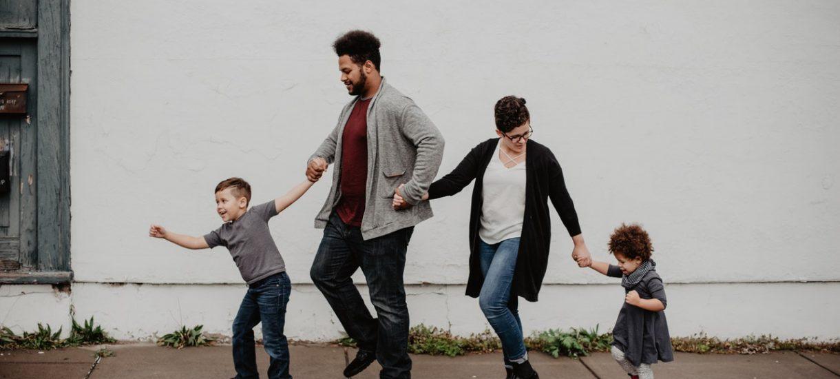Czy rodzice, opiekując się dzieckiem, mogą być pod wpływem alkoholu? A co z imprezami rodzinnymi?