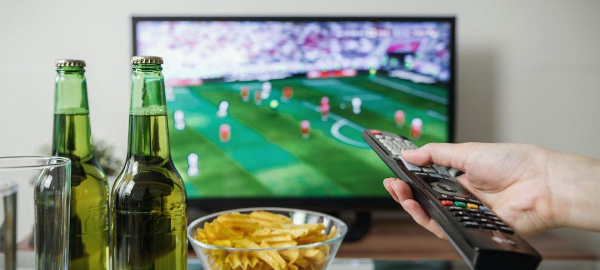 """Czy reklama Żabki o """"trenowaniu przy piwie przed telewizorem"""" nakłania do złego?"""