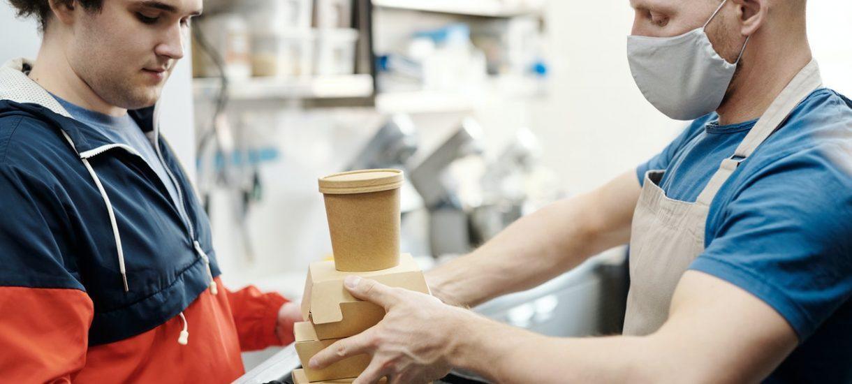 Klient w domu ważniejszy niż klient w lokalu? Pandemia wpuściła restauracje w toksyczny związek z firmami dowożącymi jedzenie