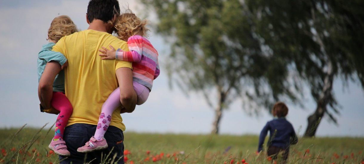 ZUS informuje, że ojcowie coraz chętniej przechodzą na urlop tacierzyński