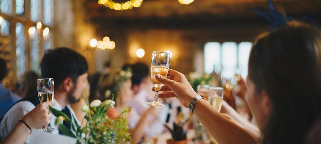 Wytyczne w sprawie organizacji wesela to sztuka dla sztuki. Przy stole weselnym muzeum, a na parkiecie liceum