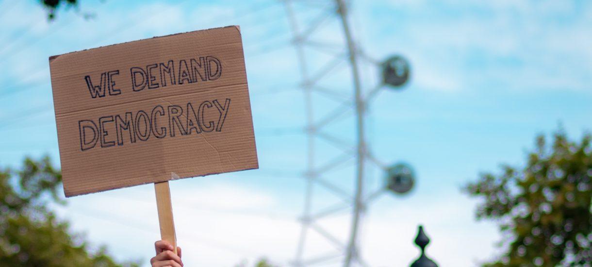 Możliwość wrzucenia głosu do urny podczas wyborów to jakieś 1% demokracji. Czym jest pozostałe 99%?