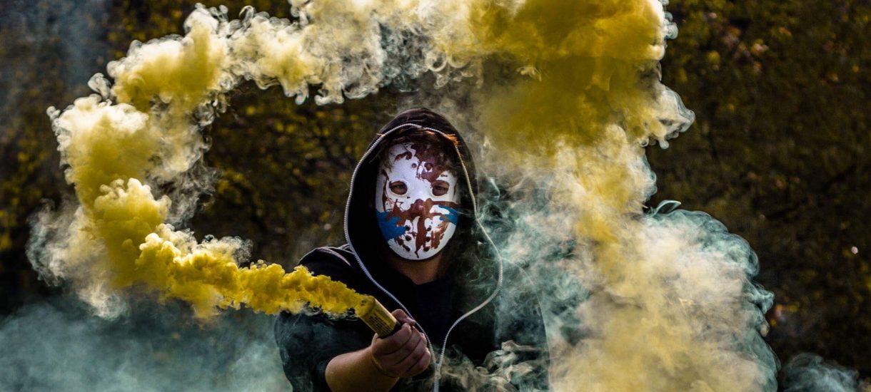 Puszczanie gazów to nieobyczajny wybryk? Tak stwierdził wrocławski sąd w wyroku nakazowym