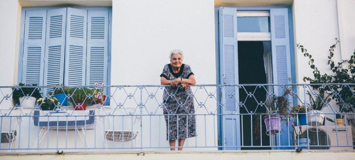 Coraz więcej starszych osób oddaje swoje mieszkania młodym w zamian za dożywotnią opiekę