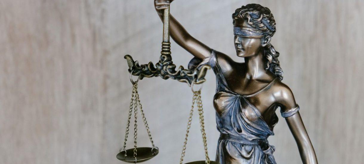 Własnoręcznie spisana ostatnia wola często zawiera niejasne postanowienia. W jakim zakresie sąd może uzupełnić braki testamentu?
