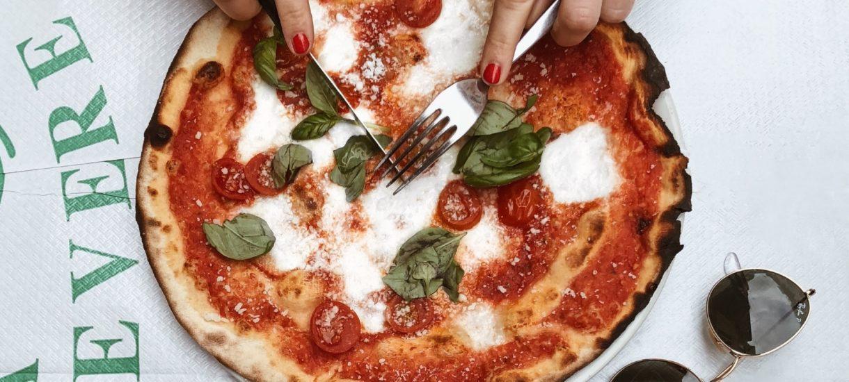 Pozew za negatywną opinię o toruńskiej pizzy – czy krytykując stopień przypieczenia naruszamy dobra osobiste?