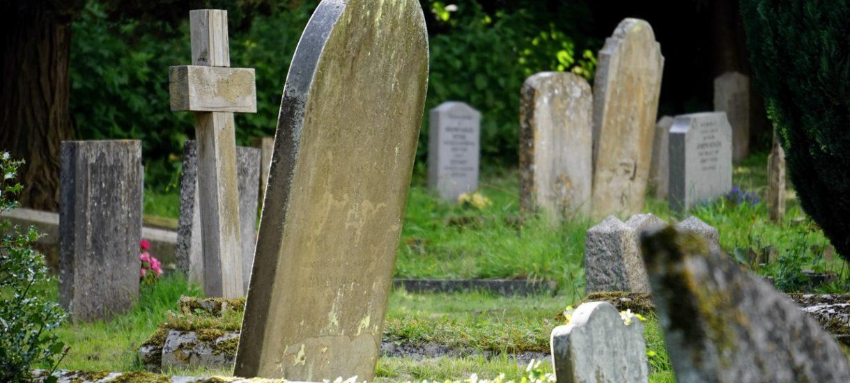 Ograniczenia związane z pandemią nie utrudniają już pogrzebów. Choć w żółtych i czerwonych strefach trzeba uważać