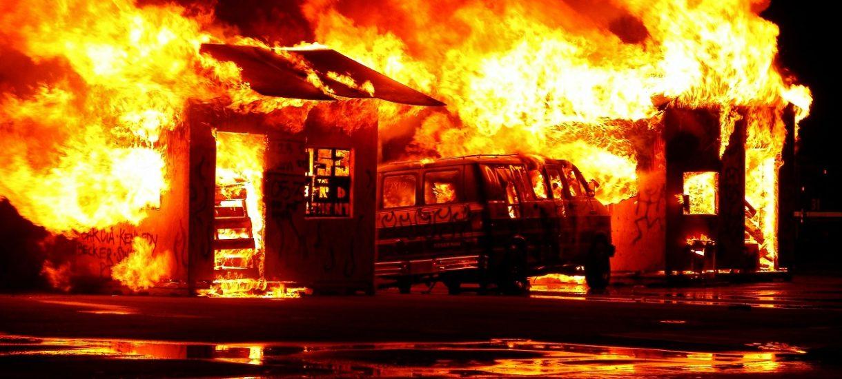 """""""Pożar w firmie"""" nie jest tylko potocznym określeniem na goniący deadline. To też realne fizyczne zagrożenie. Jak się przed nim uchronić?"""