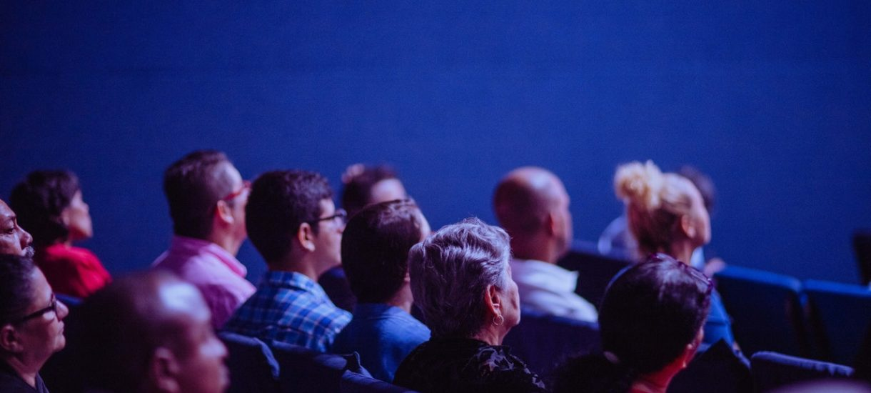 Premier siedział w kinie bez maseczki, a zdaniem szefa KPRM wszystko było w porządku, bo seans był… prywatny