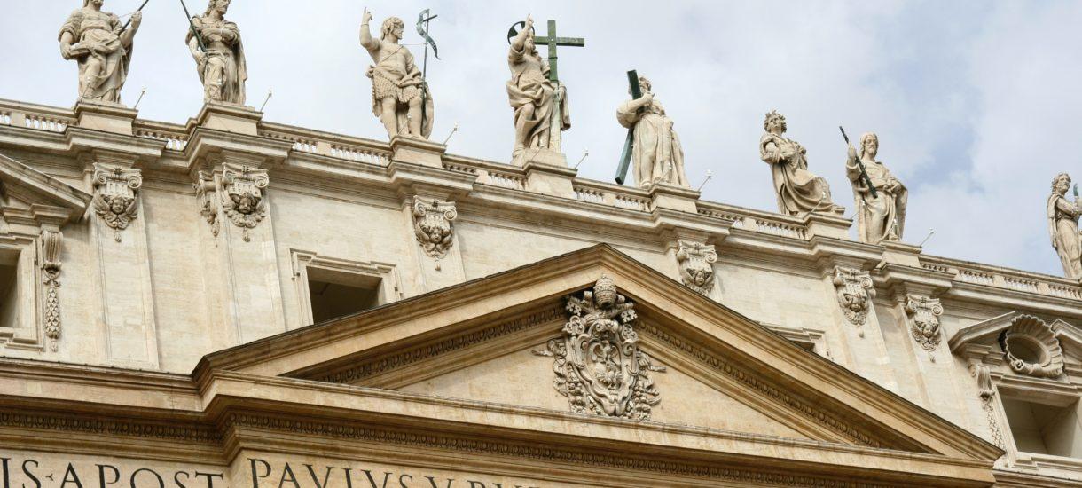 """Episkopat wspiera """"Stop LGBT"""", ale się tego wstydzi? Kolejna archidiecezja nie chce zbierania podpisów na terenach kościelnych"""