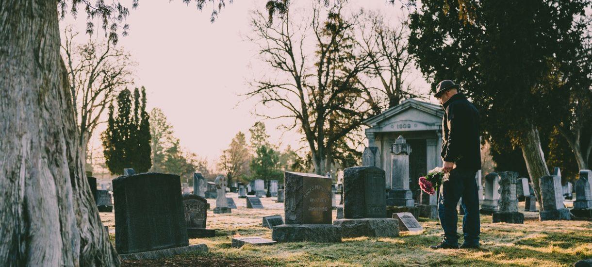 Osoby, które nie noszą maseczek, będą kopać groby m.in. zmarłym na COVID-19. To prawdziwa regulacja