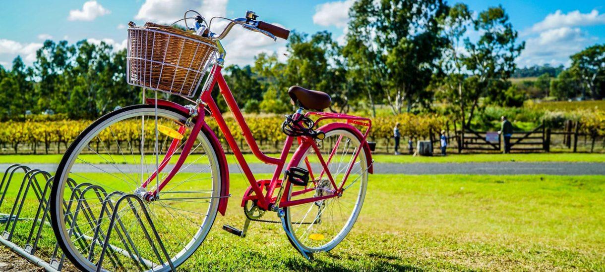 Stojak na rowery w kształcie samochodu obraża kierowców? Na to wychodzi, bo niektórzy zmotoryzowani są wprost oburzeni