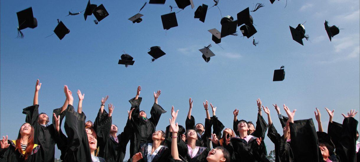 Część studentów chce zarabiać co najmniej 8 tys. zł netto. Zarobki absolwentów w Polsce mają się jednak nijak do ich aspiracji