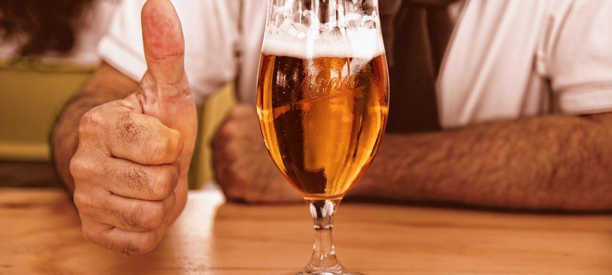 """""""Alkohol do 19:00"""" jako recepta na koronawirusa to pomysł godny zakazu wstępu do lasu"""
