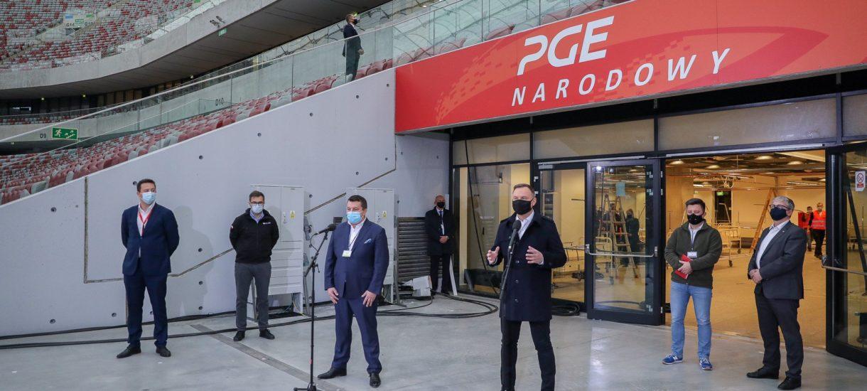 Pokazówka Andrzeja Dudy w Szpitalu Narodowym skończyła się kwarantanną dla jego budowniczych. Poza jednym