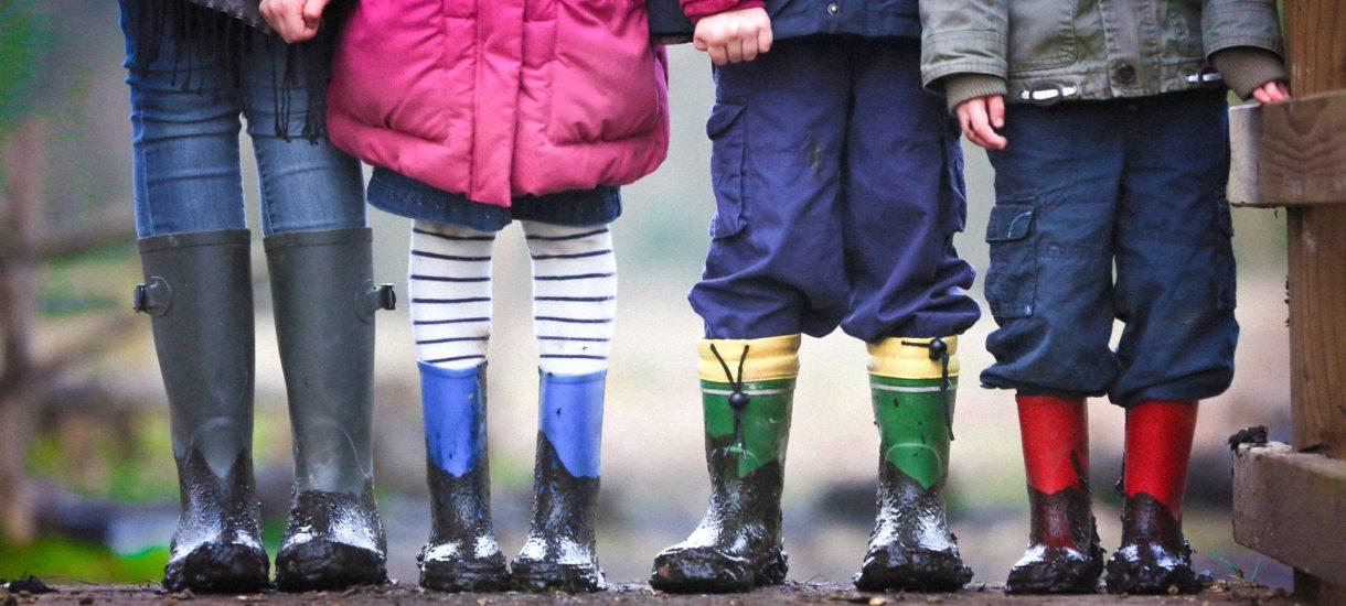 Czy dzieci mogą wracać same ze szkoły? Premier pozwala, ustawa nie do końca