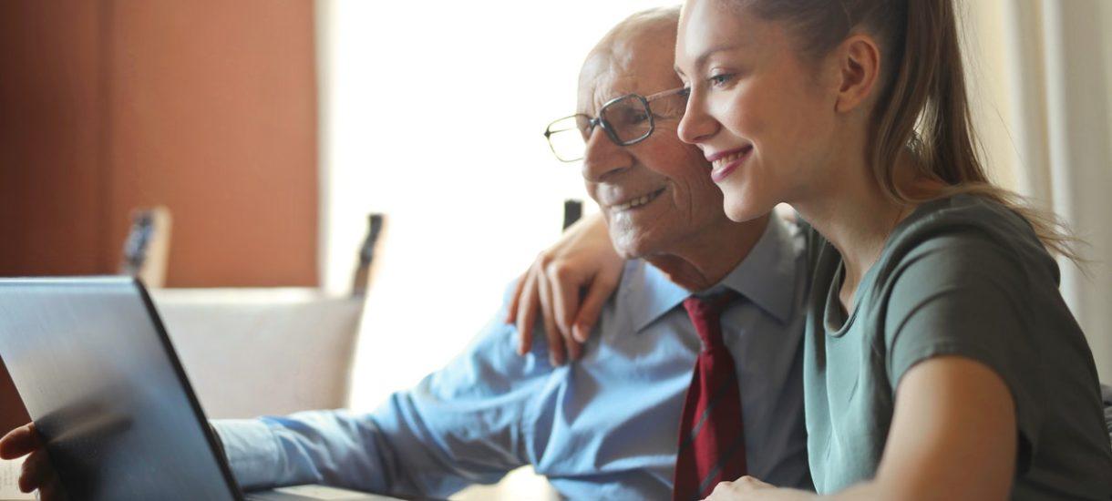 Gdyby dosłownie interpretować przepisy, to godziny dla seniorów obowiązują także podczas… zakupów internetowych