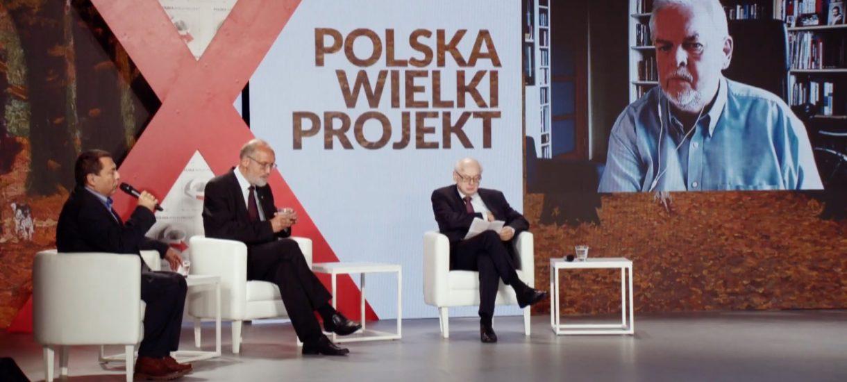 """Jarosław Kaczyński wręczał nagrodę bez maseczki """"bo był w pracy"""". Czyli rządzący niczego się nie nauczyli"""