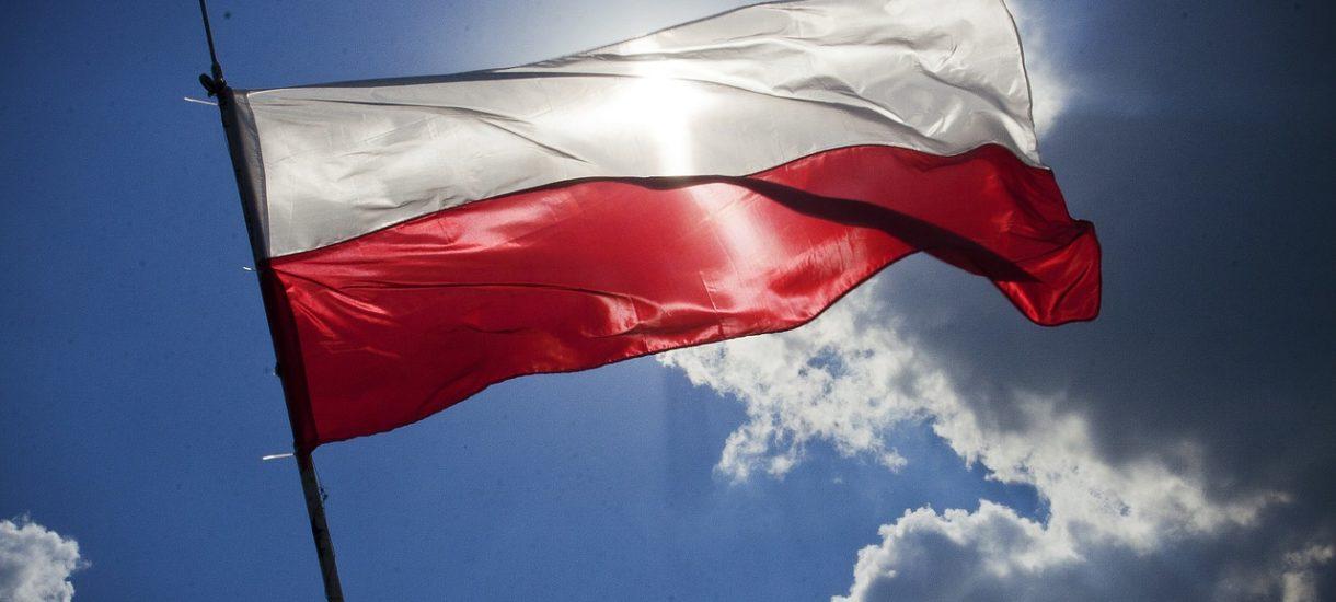 Maseczki Red is Bad w barwach polskiej flagi z pewnością nie stanowią znieważenia symbolu państwa