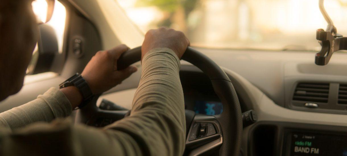 Czy maseczka jest też obowiązkowa w taksówce lub Uberze? Jeżeli tak, to kto powinien ją zakładać?