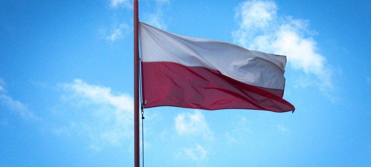Rząd kupi biało-czerwone flagi z masztami za 6 milionów złotych. Za pieniądze na walkę z epidemią