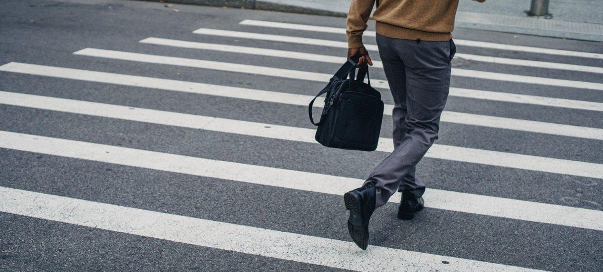 Wchodzisz na przejście dla pieszych z telefonem w ręku? Już wkrótce w niektórych sytuacjach dostaniesz za to mandat