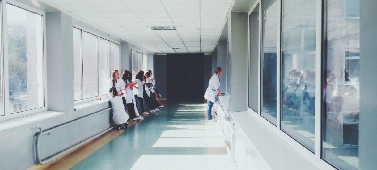 Nowe obostrzenia zaszkodzą też… szpitalom. Może wystąpić dodatkowy problem z lekarzami i pielęgniarkami