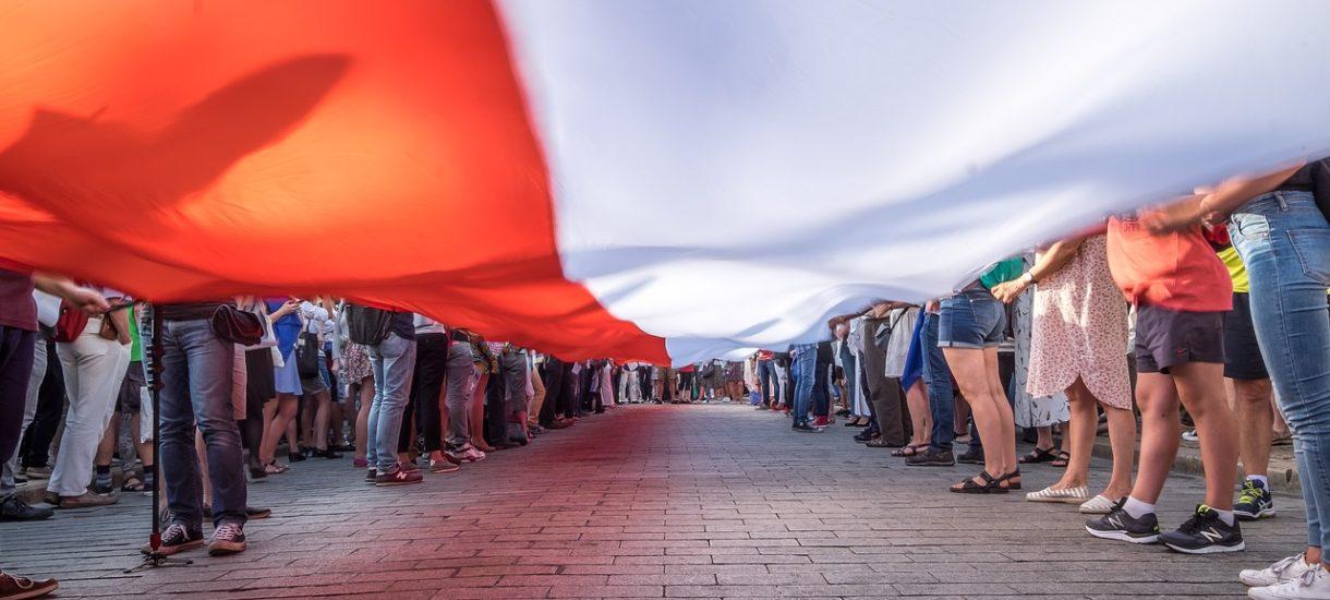 Protesty organizowane przez Strajk Kobiet i Marsz Niepodległości różni na pozór niewiele – a jednak te zgromadzenia należy traktować inaczej