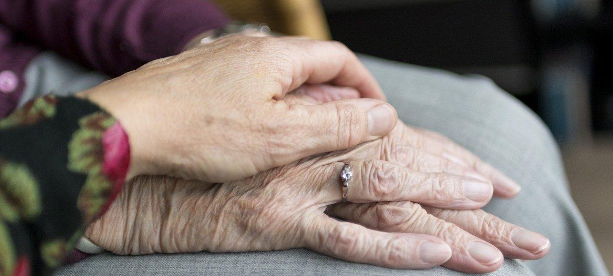 Czy można pobierać emeryturę po zmarłej osobie? A jeśli tak – to kiedy przysługuje i w jakiej kwocie?
