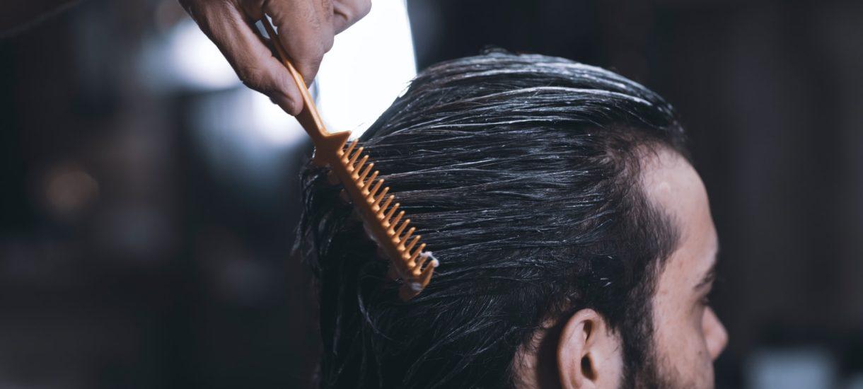 Sanepid chciał ukarać fryzjera, ale nie wyszło. Notatka policji to za mało