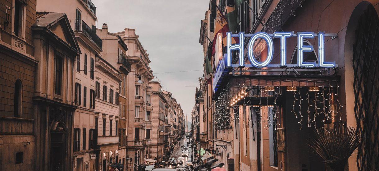 Hotelarze najprawdopodobniej pozwą Skarb Państwa. Czy każdy pokrzywdzony obostrzeniami przedsiębiorca może liczyć na odszkodowanie?