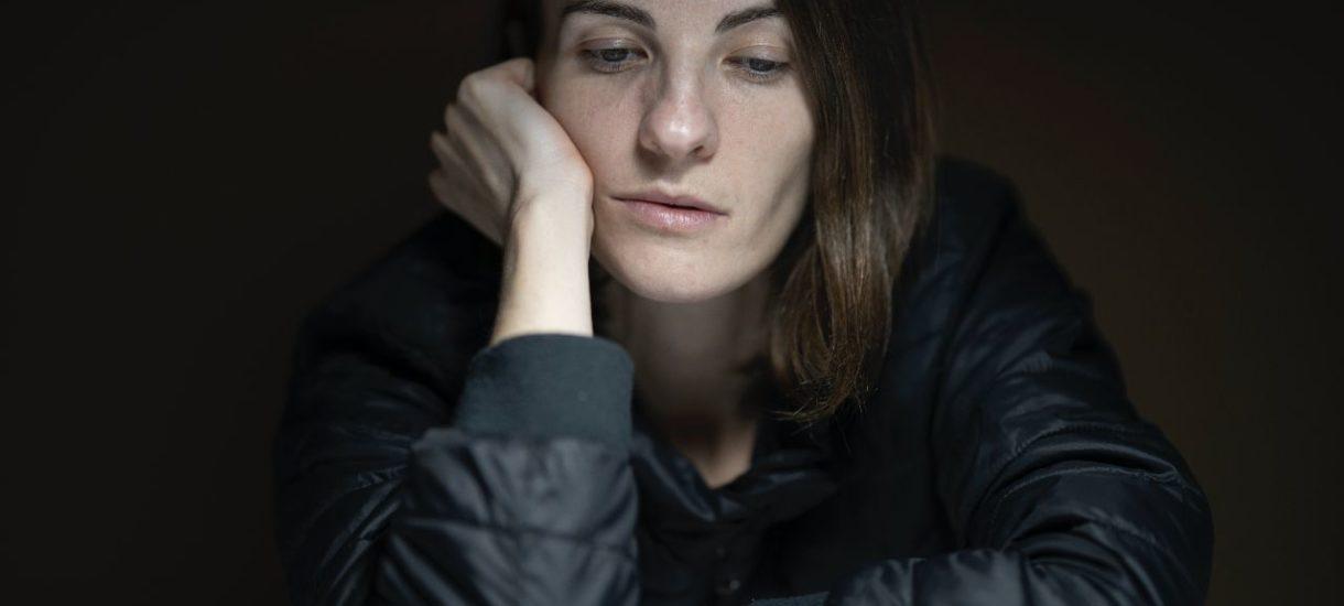 """""""Weź się w garść"""" czy """"zajmij się wreszcie robotą"""" nie pomogą osobie w depresji. Jak reagować, gdy ktoś cierpi na tę chorobę?"""