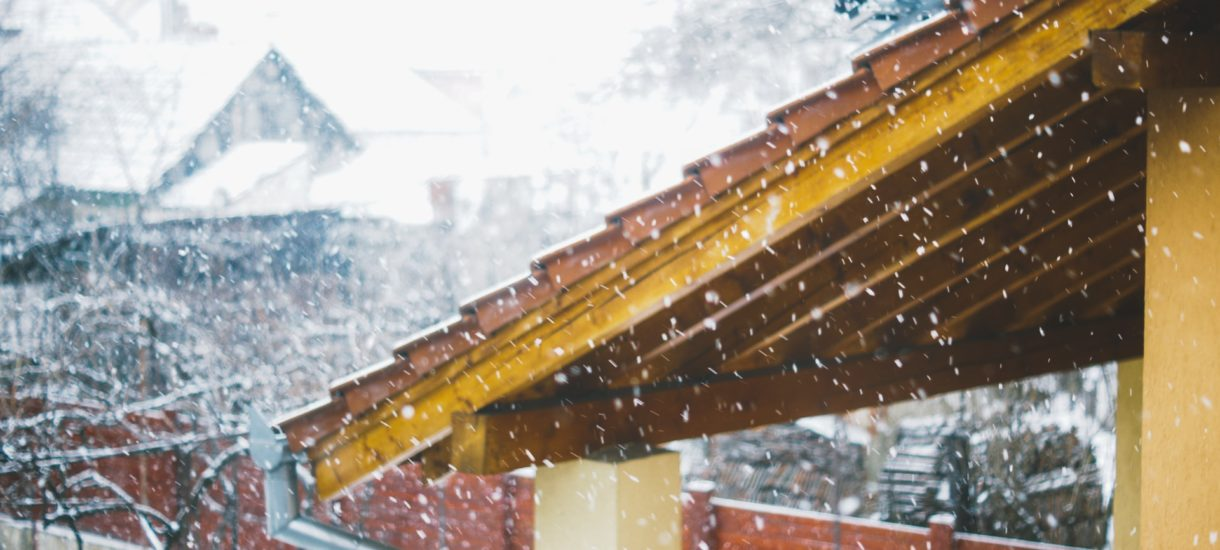 Roztopy to poważny i niebezpieczny problem. Kto odpowiada za śnieg spadający z dachu?