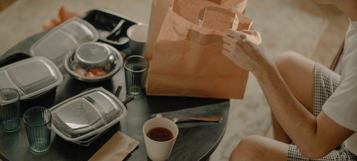 Klientom cateringów dietetycznych coraz częściej znikają pudełka z jedzeniem. Tylko czy na pewno zabranie takiej pozostawionej paczki to kradzież?