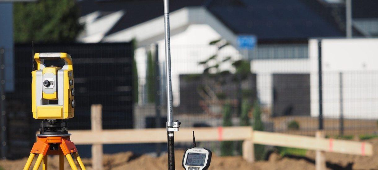 Trzeba wpuścić geodetę próbującego przeprowadzać pomiary na naszej działce. W przeciwnym wypadku grozi nam kara grzywny