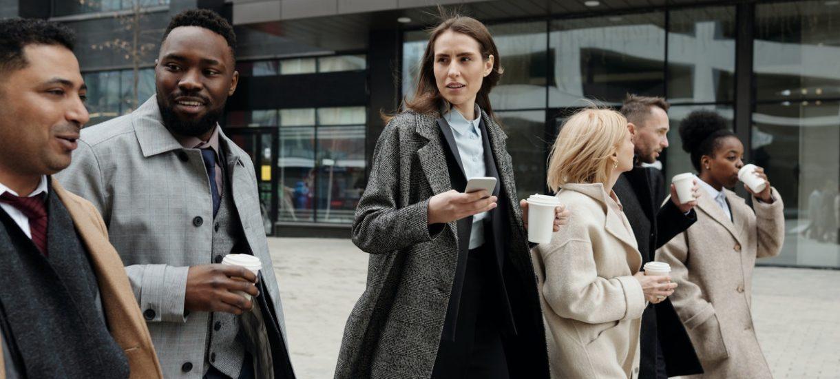 Pracodawca może zwolnić pracownika, który podczas przerwy wyszedł do sklepu lub na papierosa poza budynek firmy