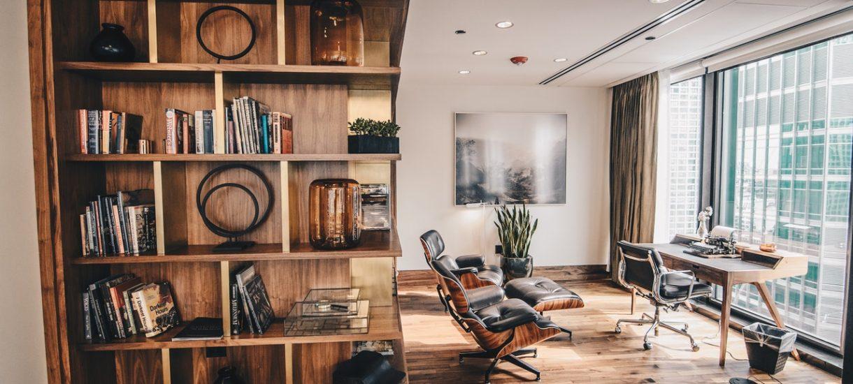 Skoro coraz częściej nasz dom to jednocześnie biuro, to czas wybrać do niego odpowiedni odkurzacz. Oczywiście wliczony w koszty