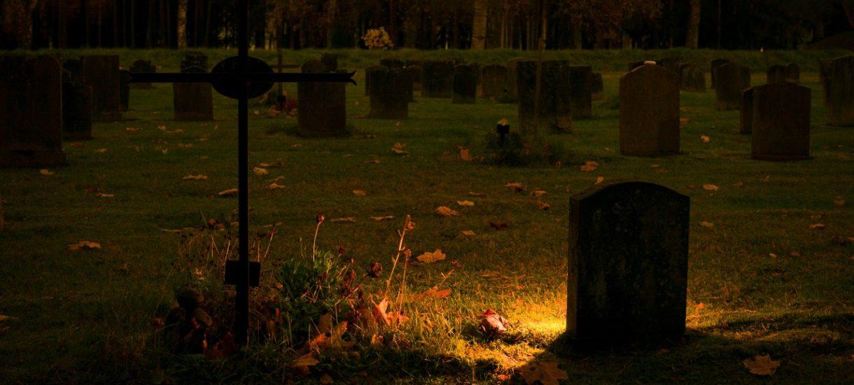 Literalnie interpretując rozporządzenie covidowe można uznać, że świecki pogrzeb łamie zakaz zgromadzeń. Katolicki nie